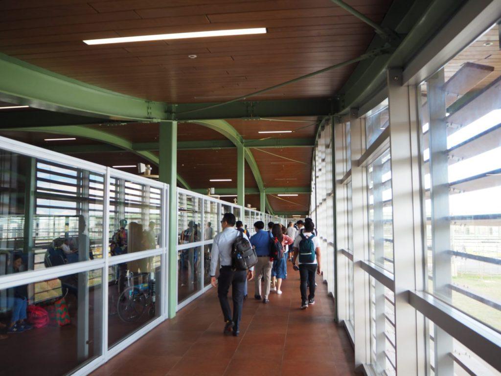 ボホール-パングラオ国際空港の到着口へ向かう通路