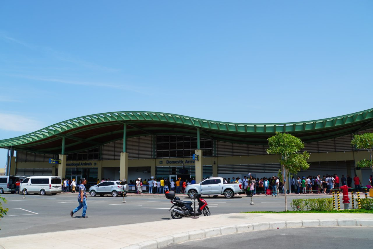 ボホール-パングラオ国際空港でのリゾートスタッフの出迎え