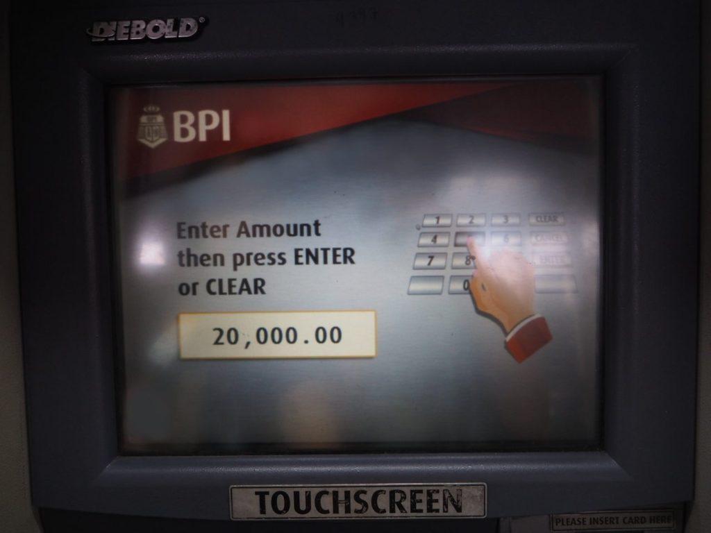 マニラ空港にあるBPIのATMの画面に引き出し額を入力