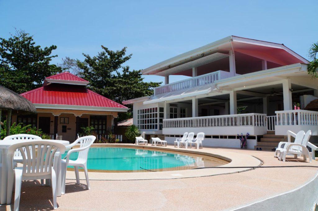 ノバビーチのプールとレストラン