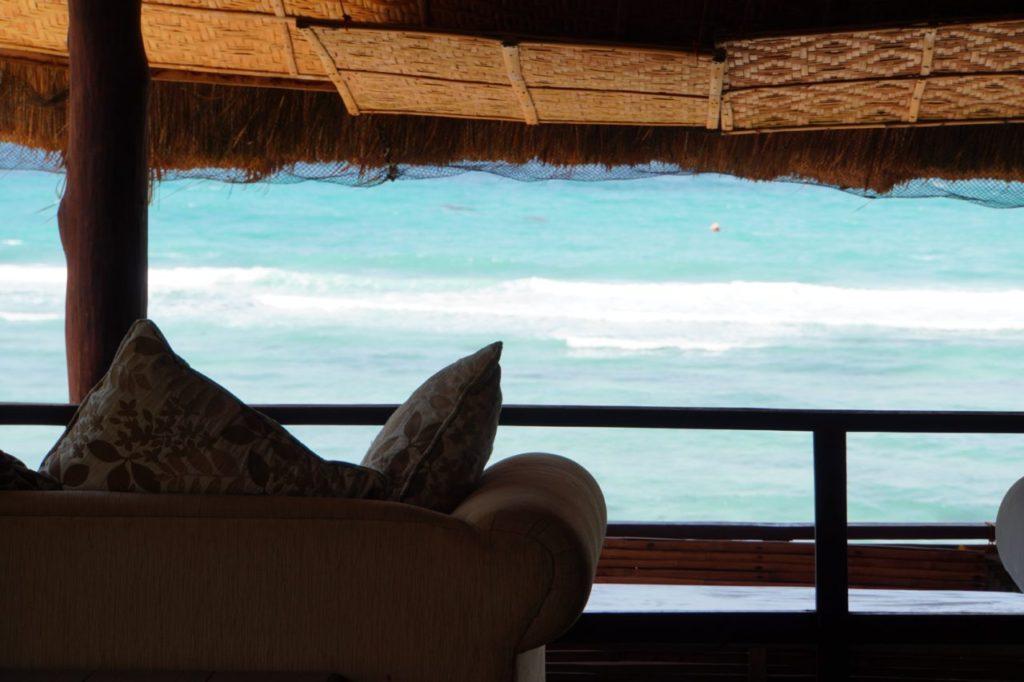 ノバビーチのソファ越しの海