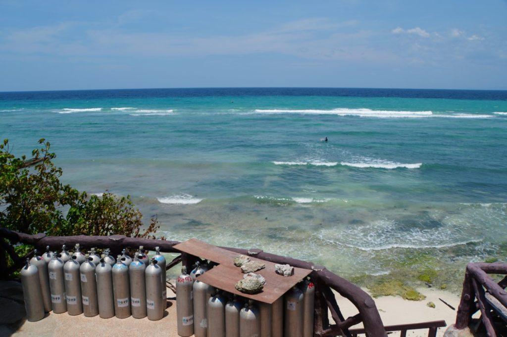 ノバビーチのから見るエメラルドグリーンの海