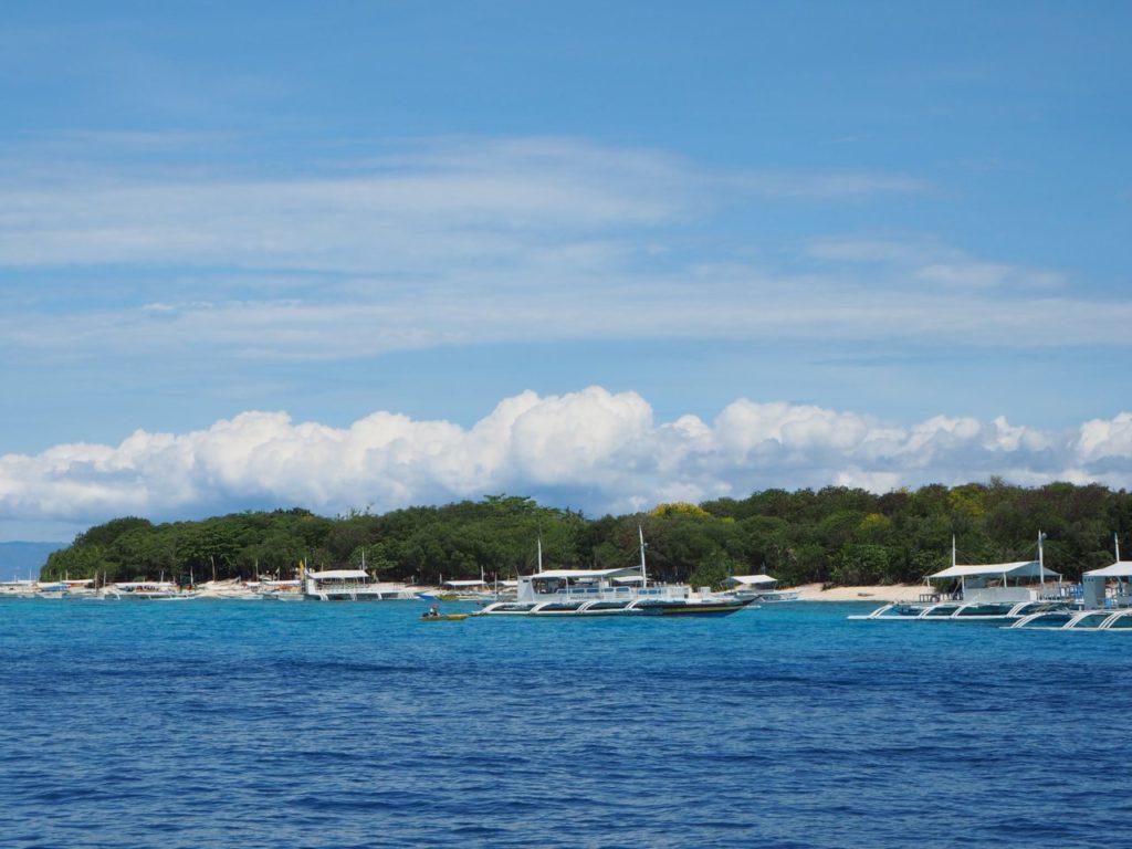 バリカサグ島に集まるバンカーボート